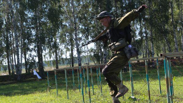 Военнослужащий команды Узбекистана во время прохождения этапа Тропа разведчика на конкурсе Отличники войсковой разведки - Sputnik Узбекистан
