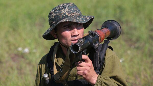 Военнослужащий команды Узбекистана во время прохождения этапа Тропа разведчика на конкурсе Отличники войсковой разведки - Sputnik Ўзбекистон