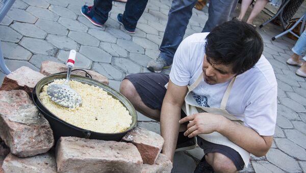 Узбекский день в Тбилиси: гостей угощали пловом, чак-чаком и самсой - Sputnik Узбекистан