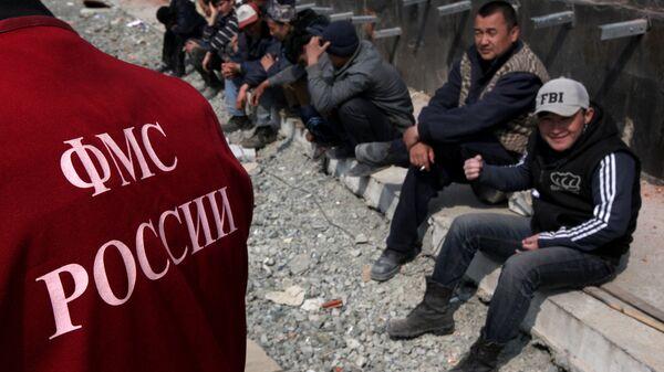 Иностранные рабочие во время проведения рейда ФМС в Москве - Sputnik Ўзбекистон