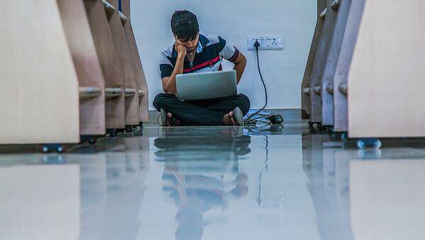 Мужчина сидит с ноутбуком на полу - Sputnik Узбекистан