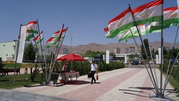 Флаги Таджикистана, архивное фото - Sputnik Ўзбекистон