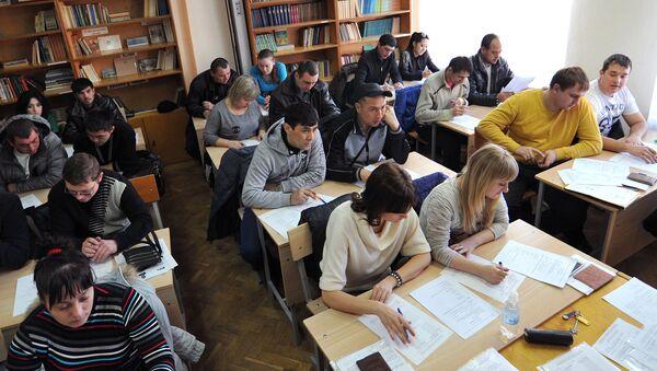 Мигранты во время экзаменационного тестирования - Sputnik Ўзбекистон