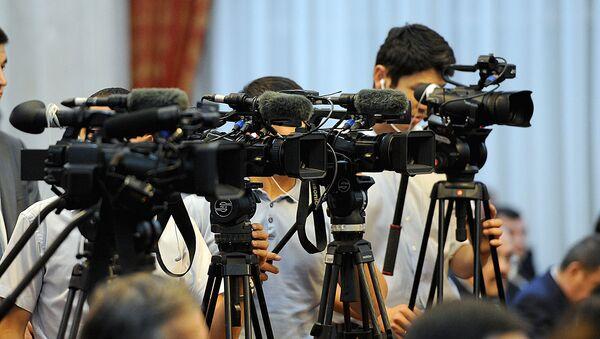 Видеооператоры во время съемки - Sputnik Узбекистан