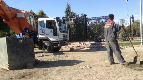Строительно-ремонтные работы на территории резиденции Оксарой - Sputnik Узбекистан