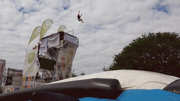 Эстонские акробаты затащили батут на высоту в 10 метров, чтобы совершить уникальный прыжок - Sputnik Узбекистан