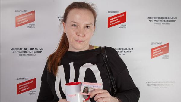 Гражданка Узбекистана, получившая 350-тысячный патент в Миграционном центре Москвы - Sputnik Узбекистан