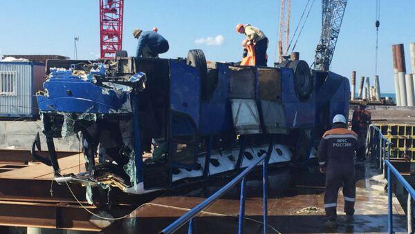 Сотрудники МЧС РФ подняли из воды автобус, упавший с людьми в море. - Sputnik Ўзбекистон