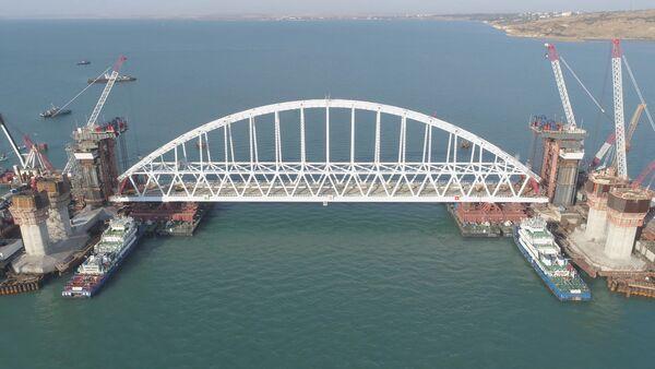 СПУТНИК_Железнодорожную арку Крымского моста доставили на фарватер - Sputnik Узбекистан