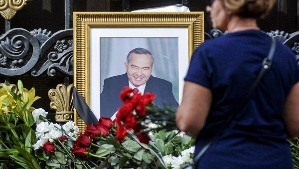 Цветы у посольства Узбекистана в Москве, в связи с кончиной президента республики Ислама Каримова - Sputnik Ўзбекистон