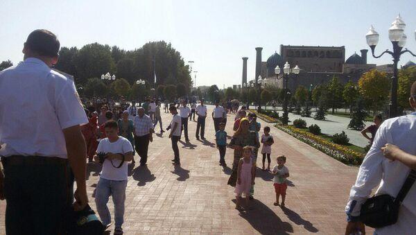 Жители Самарканда около памятника первому президенту Узбекистана Исламу Каримову - Sputnik Ўзбекистон