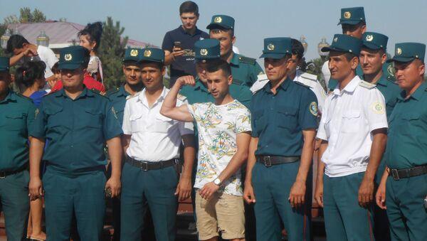 Узбекские милиционеры рядом с памятником Исламу Каримову - Sputnik Узбекистан