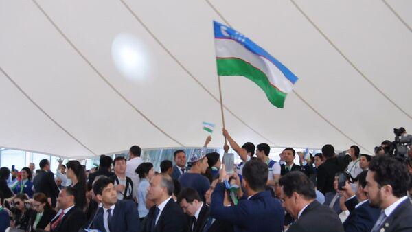 Танцуют все! Официальные лица Узбекистана устроили флешмоб на ЭКСПО - Sputnik Узбекистан