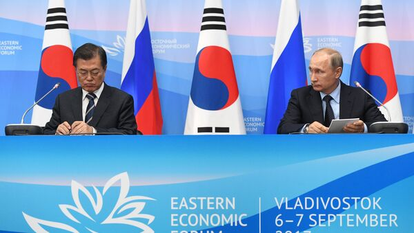 Президент РФ Владимир Путин и президент Республики Кореи Мун Чжэ Ин - Sputnik Ўзбекистон