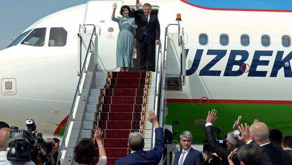Президент Узбекистана Шавкат Мирзиёев с супругой в аэропорту Манас - Sputnik Ўзбекистон