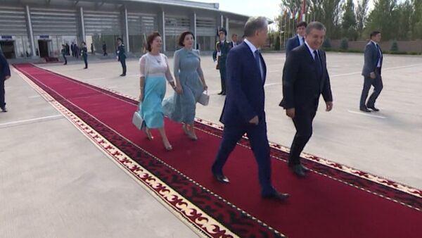 Первые леди держались за руки — как Атамбаевы провожали чету Мирзиёевых - Sputnik Ўзбекистон