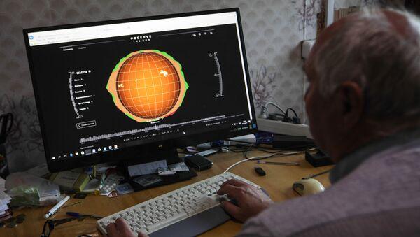 Сотрудник рассматривает модель солнечной активности - Sputnik Узбекистан
