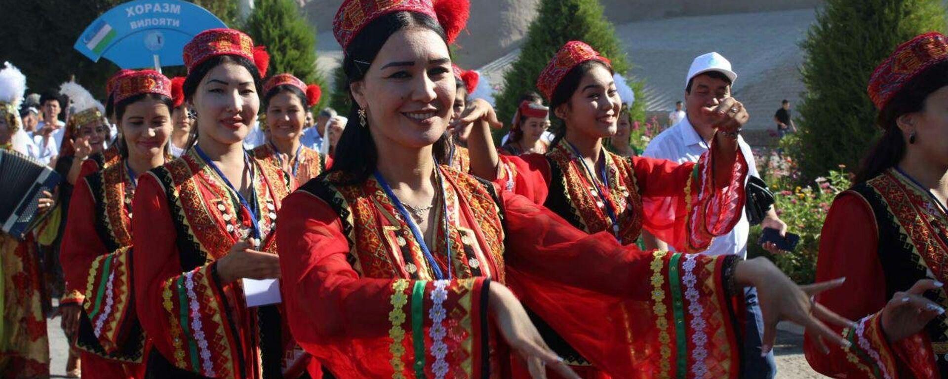 В Хиве перед комплексом Ота-дарвоза  состоялось открытие фестиваля Ракс сехри  - Sputnik Узбекистан, 1920, 08.06.2021