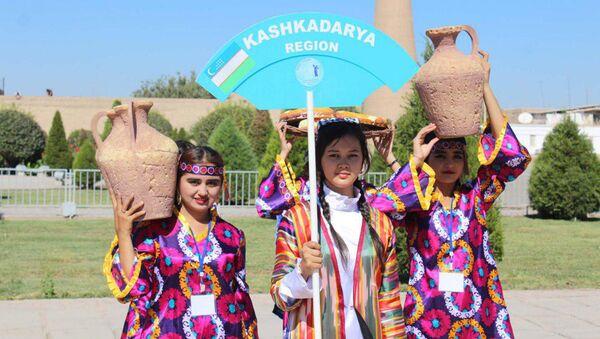 В Хиве перед комплексом Ота-дарвоза состоялось открытие фестиваля Ракс сехри - Sputnik Узбекистан