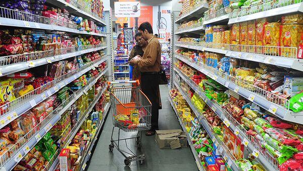 Покупатели в супермаркете Big Bazaar в Мумбаи - Sputnik Ўзбекистон