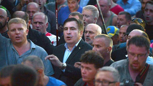 Бывший президент Грузии, экс-губернатор Одесской области Михаил Саакашвили (в центре)у пункта пропуска Шегени на украинско-польской границе - Sputnik Ўзбекистон