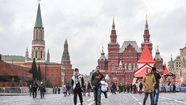 Туристы гуляют по Красной площади. Архивное фото - Sputnik Узбекистан