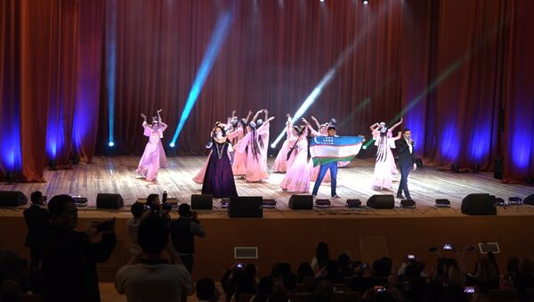 Танцуют все: как завершились Дни узбекской культуры в России - Sputnik Узбекистан