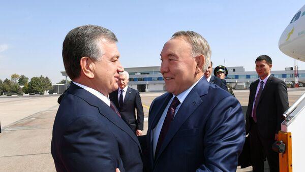 Президент Узбекистана Шавкат Мирзиеев встречает в аэропорту Ташкента  Нурсултана Назарбаева - Sputnik Ўзбекистон