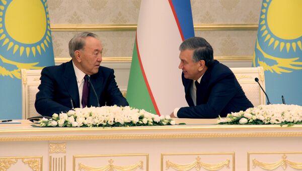 Президенты Узбекистана и Казахстана Шавкат Мирзиёев и Нурсултан Назарбаев - Sputnik Узбекистан