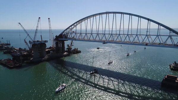 СПУТНИК_Парусная регата под аркой Крымского моста - Sputnik Ўзбекистон