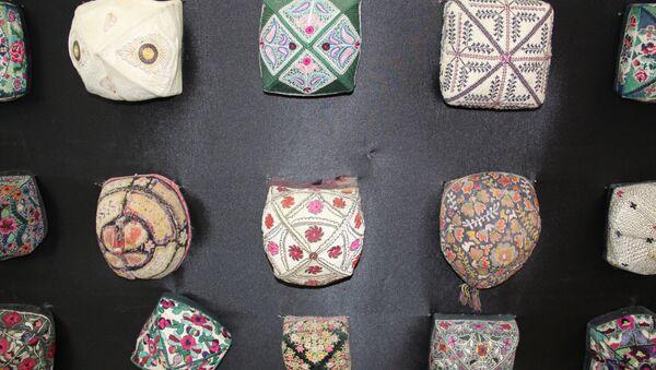 Выставка Узбегим дуппилари, тюбетейки из Бухары - Sputnik Узбекистан