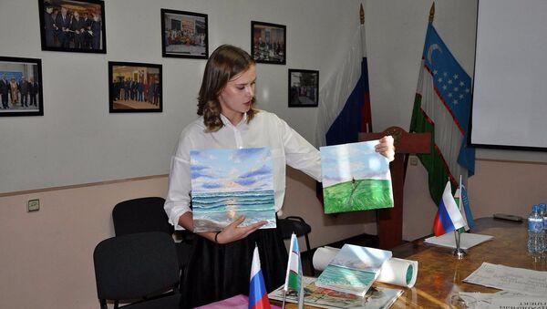 Абитуриентка показывает свои работы перед приемной комиссией на подготовительные курсы РЦНК - Sputnik Ўзбекистон