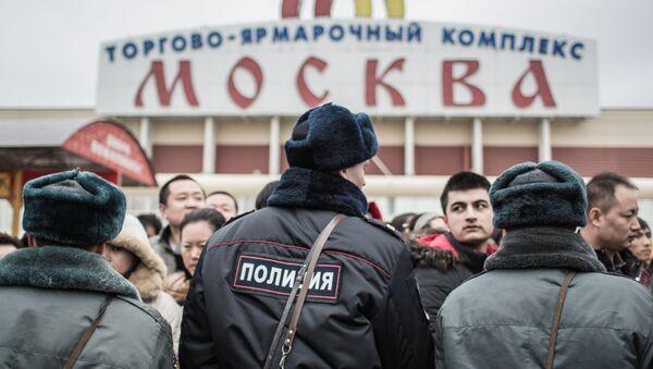 Сотрудники полиции стоят на территории торгового-ярмарочного комплекса Москва в Люблино, архивное фото - Sputnik Узбекистан