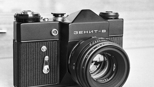 Зеркальный однообъективный фотоаппарат Зенит-В - Sputnik Узбекистан