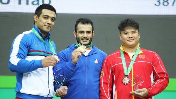 Узбекистанец Фарход Сабиров завоевал серебро соревнований по тяжелой атлетике на V Азиатских играх в закрытых помещениях и по боевым искусствам - Sputnik Узбекистан
