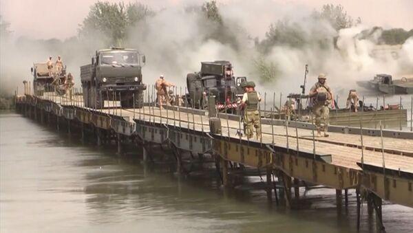 СПУТНИК_Российские военные возвели мост через Евфрат для перевозки техники - Sputnik Ўзбекистон