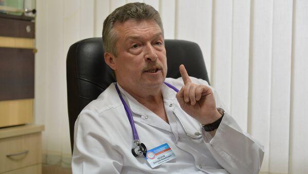 Заведующий приемным отделением 3-й детской больницы Дмитрий Чесновдля родителей - доверять врачу. Чеснов убежден, что лечение ребенка - командная работа, где родители, доктор и медсестра - в одной сборной - Sputnik Узбекистан