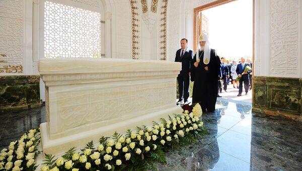 Патриарх Кирилл возложил цветы на могиле Ислама Каримова - Sputnik Узбекистан