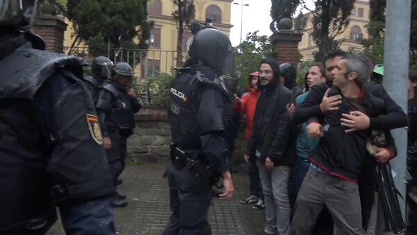 Референдум с кулаками: стычки протестующих и полиции в Каталонии - Sputnik Узбекистан