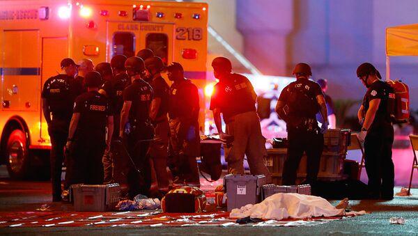 Полицейские у казино Mandalay Bay в американском Лас-Вегасе   - Sputnik Узбекистан