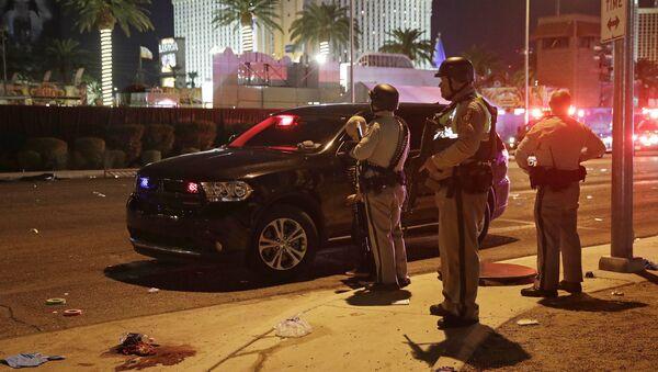 Police stand at the scene of a shooting along the Las Vegas Strip, Monday, Oct. 2, 2017, in Las Vegas - Sputnik Узбекистан