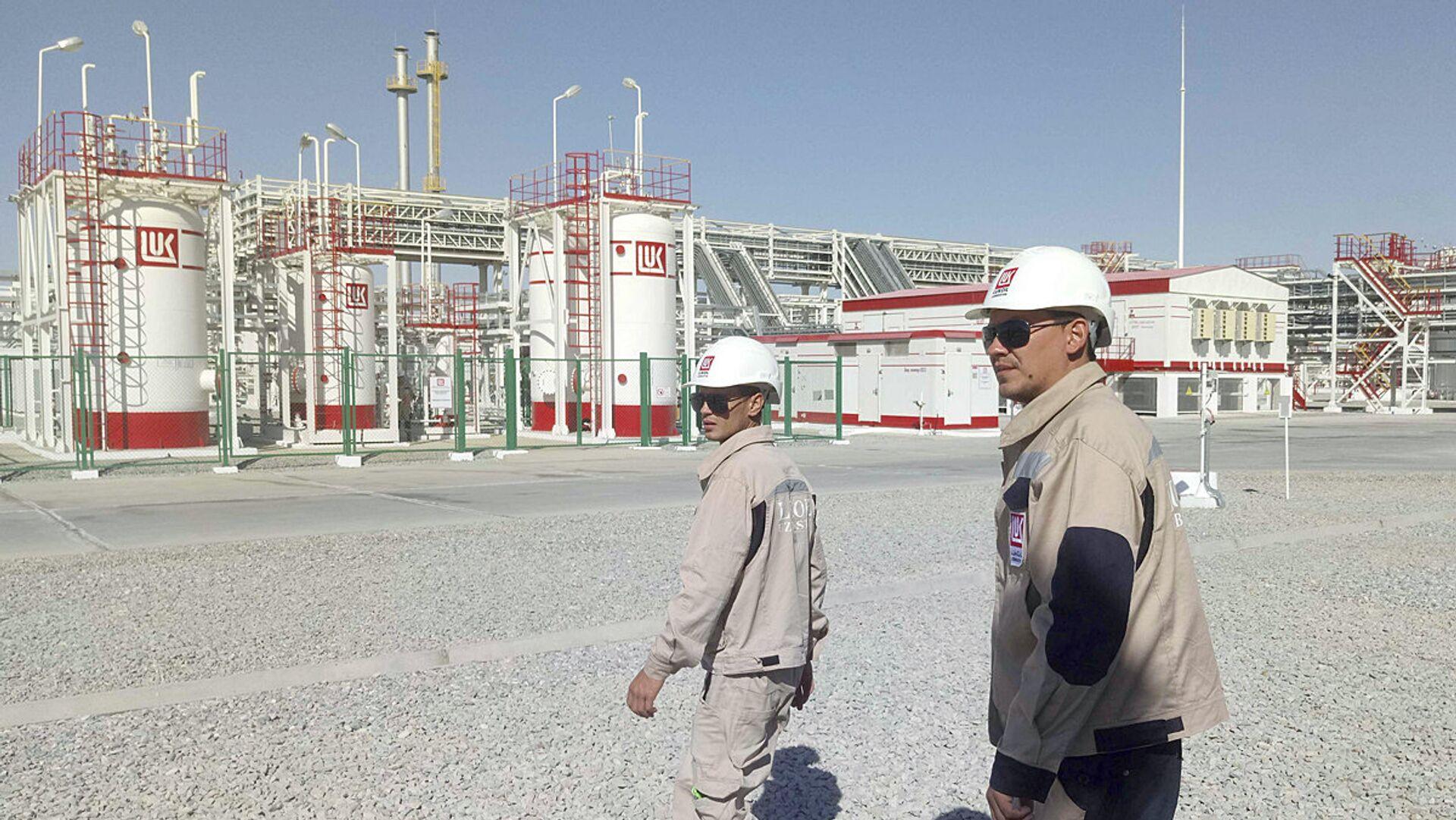Сотрудники компании Лукойл рядом с газовой станцией в Джаркудуке, Узбекистан - Sputnik Узбекистан, 1920, 01.10.2021