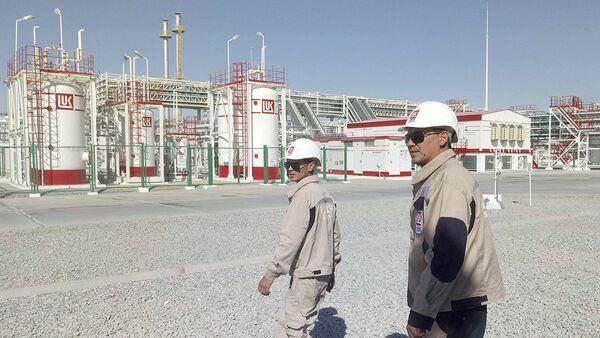 Сотрудники компании Лукойл рядом с газовой станцией в Джаркудуке, Узбекистан - Sputnik Узбекистан