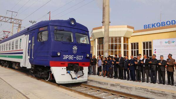 Отправление электрички из Бекабада в Ташкент - Sputnik Узбекистан