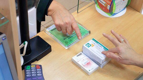Женщина покупает лекарства в аптеке - Sputnik Ўзбекистон