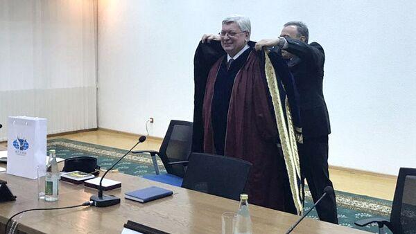 После присвоения почетного звания ректору МГИМО Торкунову подарили на память обшитый золотом узбекский чапан и и тюбетейку - Sputnik Ўзбекистон