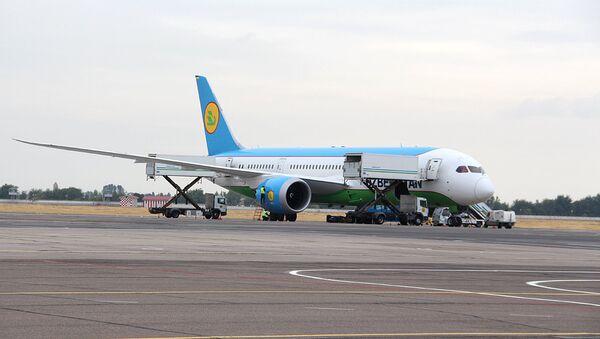 Samolet Uzbekskix avialiniy Dreamliner (Boeing 787) - Sputnik Oʻzbekiston
