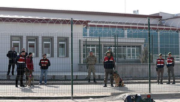 Военная охрана у тюрьмы недалеко от Стамбула во время судебного процесса над участниками заговора против Тайипа Эрдогана - Sputnik Ўзбекистон