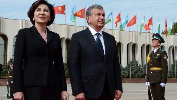 Президент Узбекистана Шавкат Мирзиёев с супругой встречает президента Кыргызстана Алмазбека Атамбаева в аэропорту Ташкента - Sputnik Ўзбекистон