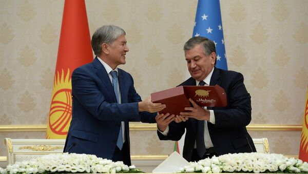 Мирзиёев подарил Атамбаеву первую книгу Манас на узбекском языке - Sputnik Узбекистан